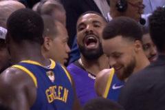 El rapero Drake grita a Draymond Green, ante la sonrisa de Curry.
