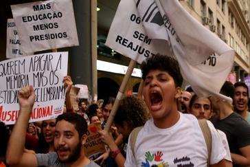 Miles de estudiantes protestan contra Bolsonaro