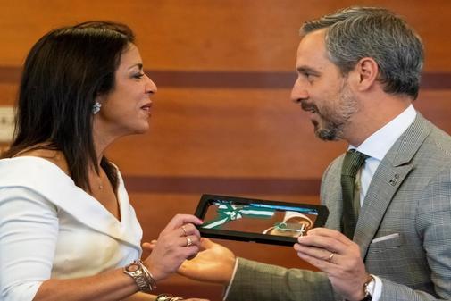 El consejero de Hacienda, Juan Bravo, le entrega el proyecto de presupuestos a la presidenta del Parlamento, Marta Bosquet.