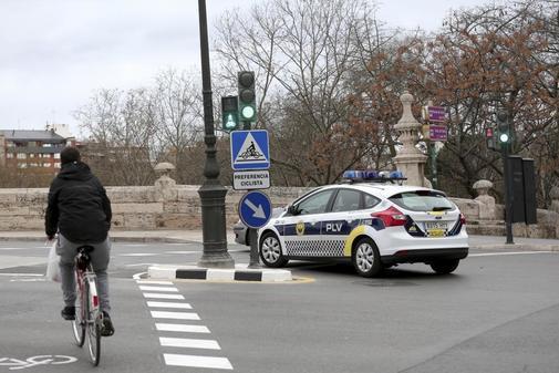 Ciclista circulando por el el carril bici de Madrid