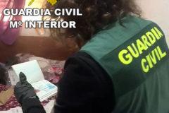 Una agente de la Guardia Civil durante uno de los registros de la 'Operación Wedding'.