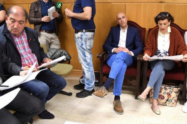 El candidato socialista al Ayuntamiento de León, José Antonio Díez (centro), durante el recuento oficial realizado por la Junta Electoral.