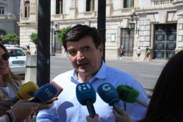 Fernando Giner atiende a los medios de comunicación en las puertas del Ayuntamiento de Valencia.
