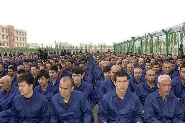 """Musulmanes detenidos en un campo de """"reeducación"""" en la región china de Xinjiang."""