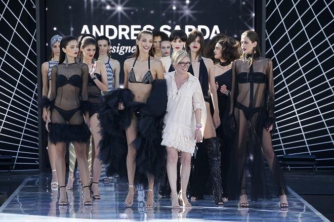 Final del desfile de Andrés Sardá con Nuria Sardá al frente