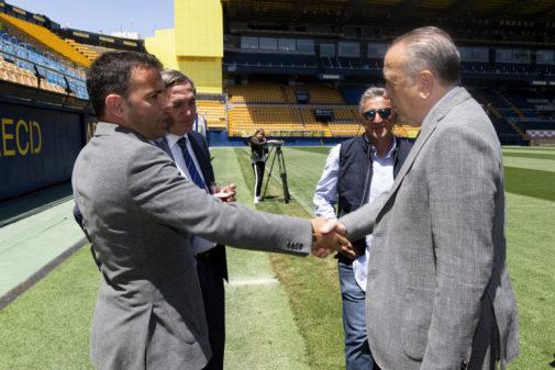 Fernando Roig saluda a Calleja en la celebración del final de temporada.