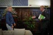 Joan Ribó recibe al portavoz de Vox en el Ayuntamiento de Valencia, José Gosálbez, en Alcaldía.