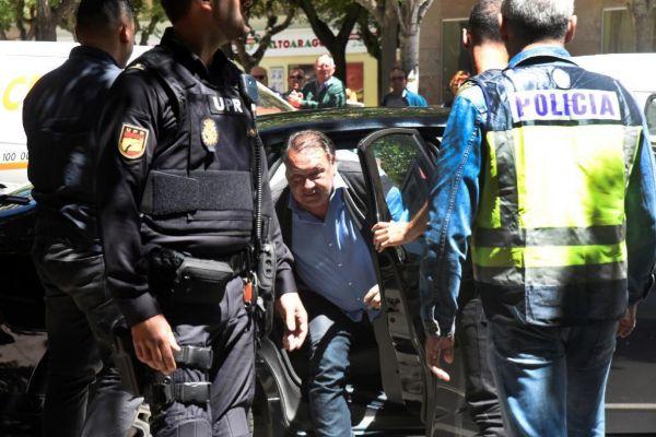 Agustín Lasaosa, tras su detención.