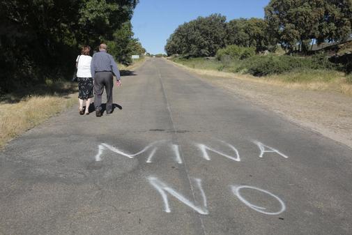 Dos vecinos pasean por la zona donde Berkeley quiere construir la mina.