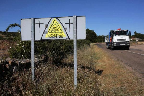 Señales contra la mina de uranio a la entrada de Retortillo.