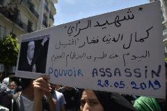 Estudiantes argelinos protestan contra la muerte en la cárcel del activista Kamal Edin Fekhar, en Argel.