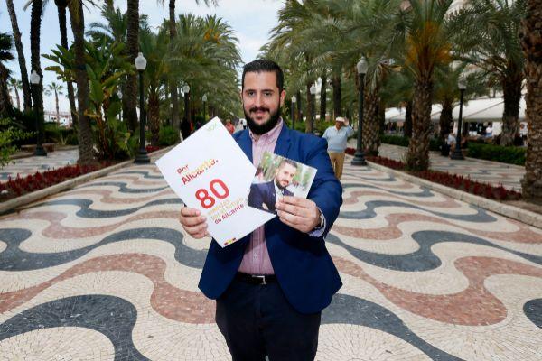 El candidato de Vox en el Ayuntamiento de Alicante, Mario Ortolá, en la Explanada de España.