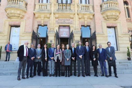 El consejero Rogelio Velasco posa con los rectores de las universidades andaluzas durante un encuentro celebrado en Córdoba en marzo.