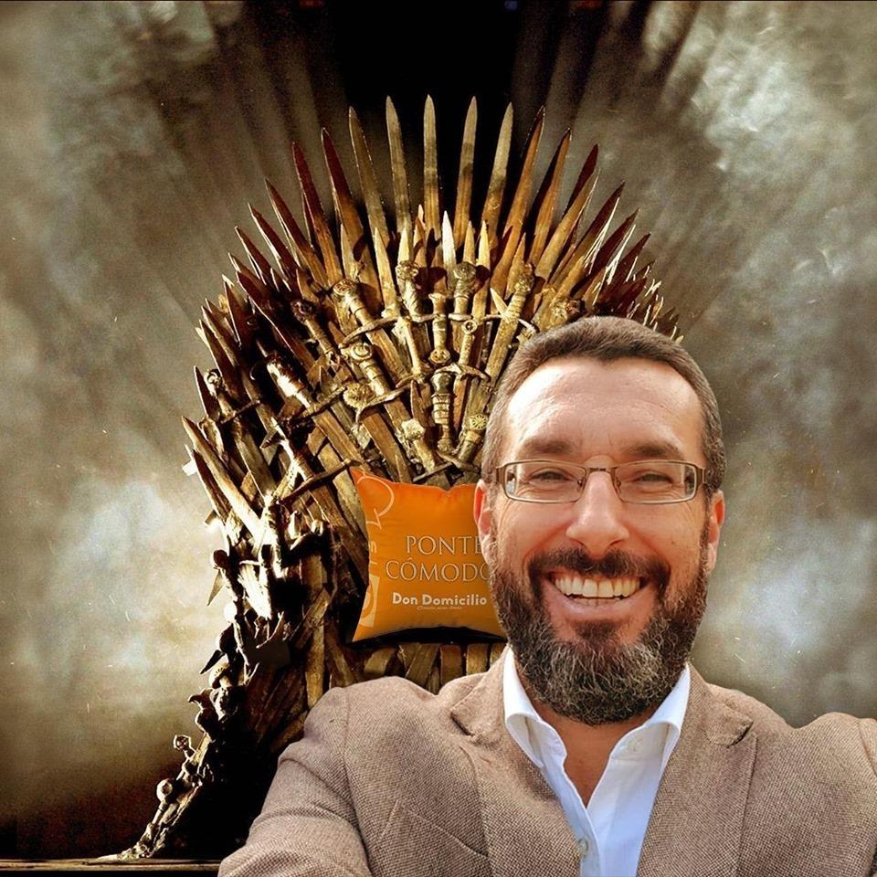 Selfi de Juan Franco, alcalde de La Línea, con el 'trono de hierro'.