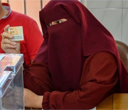 Lo que esconde la presidenta con 'burka' de la mesa electoral