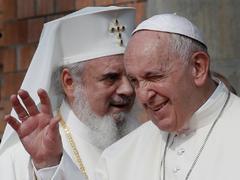 """EPA670. BUCAREST (RUMANÍA).- El <HIT>papa</HIT> Francisco (d) y el patriarca de la Iglesia ortodoxa rumana Daniel (i) saludan a los fieles durante su visita a la nueva catedral ortodoxa, este viernes en Bucarest (Rumanía). El <HIT>papa</HIT> Francisco apostó hoy por la unidad y por colaborar con la Iglesia ortodoxa de Rumanía ante una """"globalización uniformadora"""" y una """"cultura del odio"""", caracterizada por el individualismo y el desarraigo moral."""