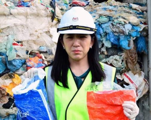 Yeo Bee Yin,  ministra de Energía, Ciencia, Tecnología, Medio Ambiente y Cambio Climático de Malasia, posa con envases de plástico enviados desde España.