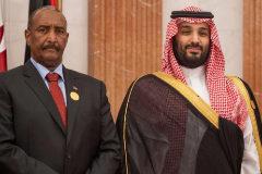 El general, Abdel Fattah al-Burhan, jefe de la junta militar de Sudán,  con el príncipe saudí Mohammed bin Salman, en la cumbre celebrada ayer en La Meca.