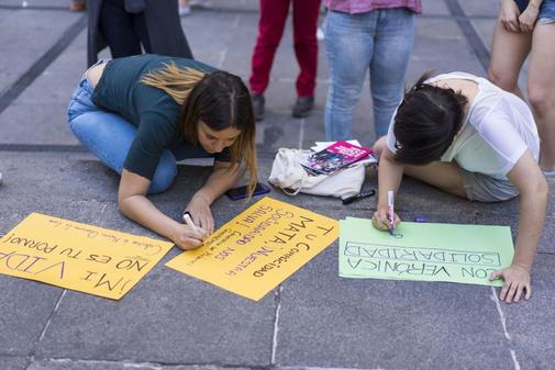 Mujeres pintan pancartas en defensa de Verónica