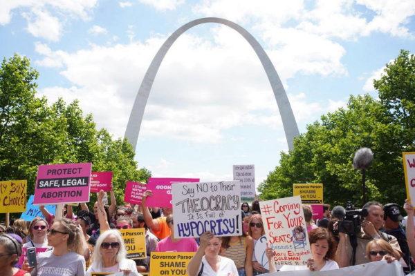 -FOTODELDÍA- TAS201. SAN LUIS (ESTADOS UNIDOS), 30/05/2019.- Varias personas protestan por los derechos de aborto este jueves, en San Luis, <HIT>Misuri</HIT> (EE.UU.). Cientos de personas protestaron este jueves en San Luis (<HIT>Misuri</HIT>, EE.UU.) contra el inminente fin del acceso legal al aborto en ese estado, mientras los responsables de la única clínica que aún ofrece ese servicio en la región rogaban a un juez que interceda para que puedan conservar su licencia. <HIT>Misuri</HIT> es uno de los seis estados de EE.UU. donde las autoridades han regulado el aborto hasta tal punto que solo queda una clínica que los practica en todo su territorio, y todo apunta a que, la madrugada de este sábado, se convertirá en el primero del país sin acceso legal a ese servicio médico.