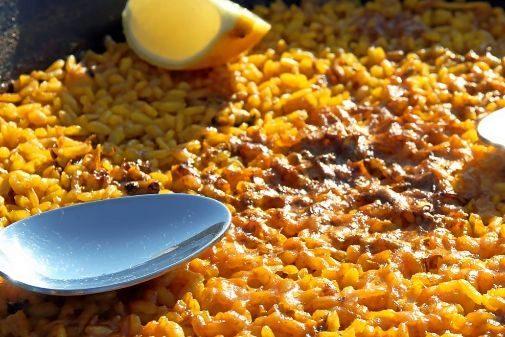 Los diez cocineros tendrán que preparar al momento sus platos de arroz a banda con gamba y calamar, sin ninguna clase de elementos preparados previamente.