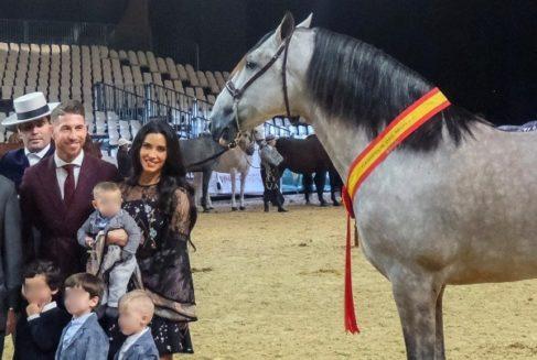 Ramos junto a su familia y uno de sus sementales