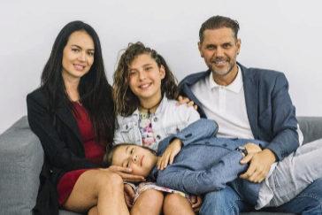 Violeta, en el medio, junto a su hermano, León, y sus padres, Nacho Vidal y Franceska Jaimes.
