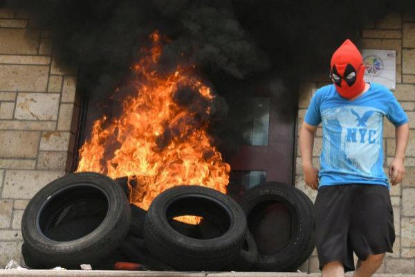 La entrada principal de la embajada estadounidense ha sido quemada por encapuchados.