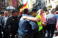 Un policía y un guardia civil se abrazan durante la concentración en Algeciras en memoria del agente fallecido.