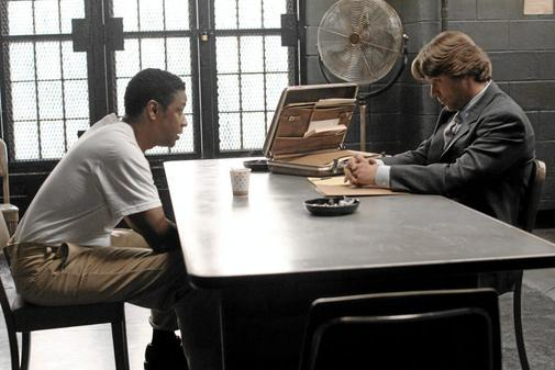 Fotograma de la película 'American Gangster', de Ridley Scott, con Russel Crowe, dcha.) y Denzel Washington.