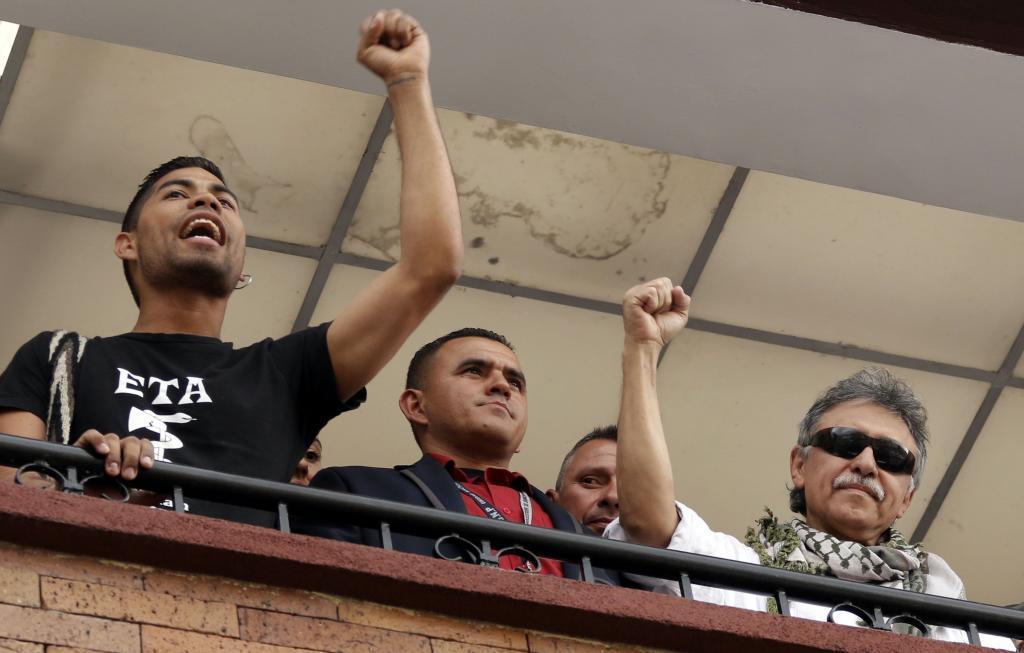 El acompañante del ex líder de las FARC, con la camiseta de ETA.