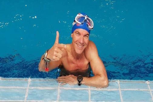 Nacho Peral, fuera del agua en la piscina.
