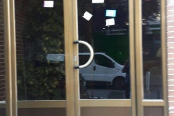 El portal de la vivienda de Sebastián Marco, con carteles a favor de...