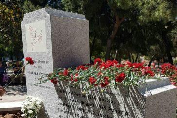 Monolito de homenaje a Julio Anguita Parrado y José Couso.
