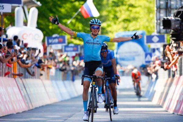 Pello Bilbao, escoltado por Landa, entra vencedor en la etapa 20.