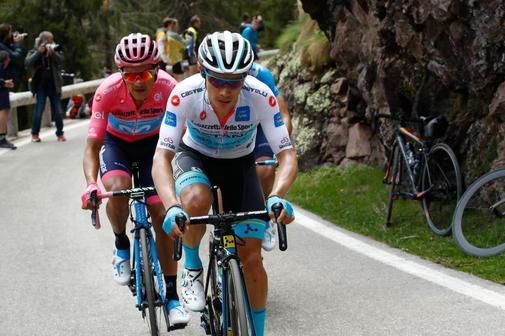 Miguel Angel López, durante la penúltima etapa del Giro, delante de Carapaz.