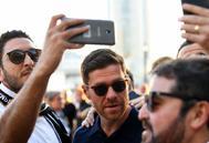 Alonso se fotografía con aficionados.