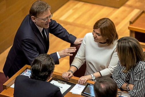 El líder del PSPV, Ximo Puig, conversa con la presidenta delPP valenciano, Isabel Bonig, y varios diputados del PP, en las Cortes.