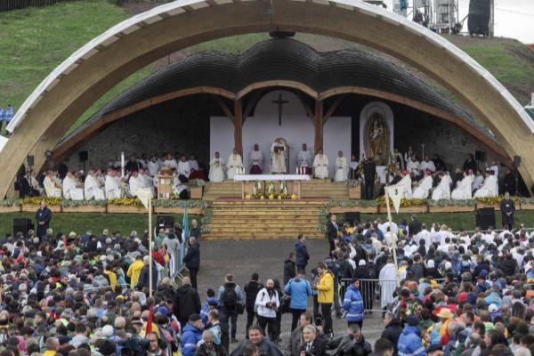 El Papa Francisco durante una misa en el santuario de Sumuleu-Ciuc.