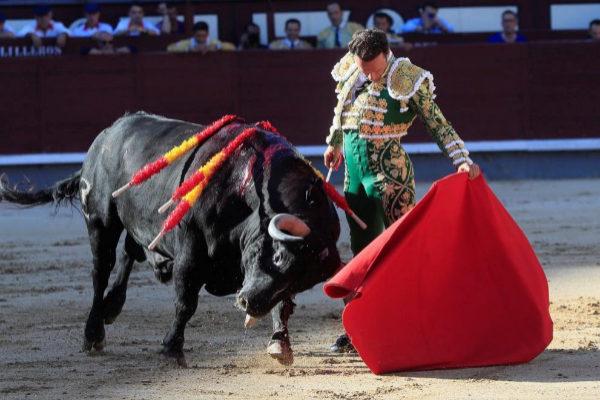La suprema naturalidad de Antonio Ferrera durante la genial faena al glorioso toro del debut de Zalduendo en Madrid