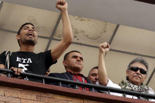 El líder del partido político FARC 'Jesús Santrich', acompañado de miembros de su partido.