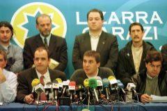 En primer término, los portavoces del PNV, Joseba Eguibar, y HB, Arnaldo Otegi, durante un acto de los firmantes del Pacto de Lizarra, en 1999.