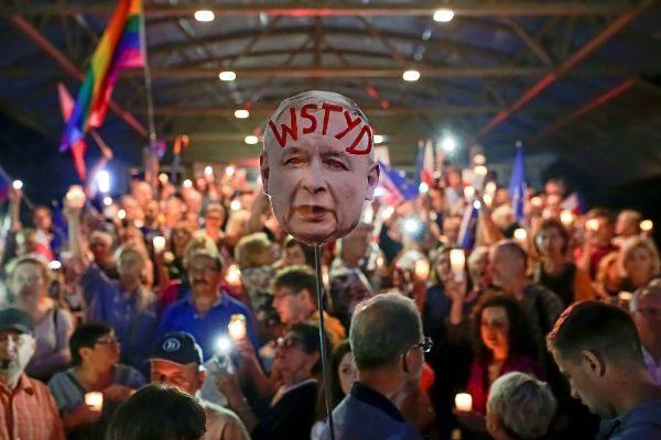 Cientos de polacos marchan contra la reforma judicial del PiS.
