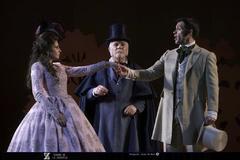 Una de las escenas de la polémica función de 'Doña Francisquita' que se representa hoy por última vez en le Teatro de la Zarzuela.