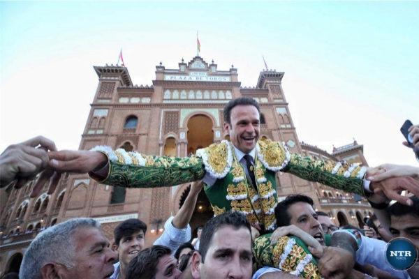 Salida a hombros de Antonio Ferrera por la Puerta Grande de Las Ventas.