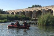 Los bomberos buscan al bañista desaparecido en el río Jarama, a su paso por Aranjuez.
