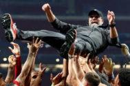 Klopp, manteado por sus jugadores tras ganar la final de la Champions.