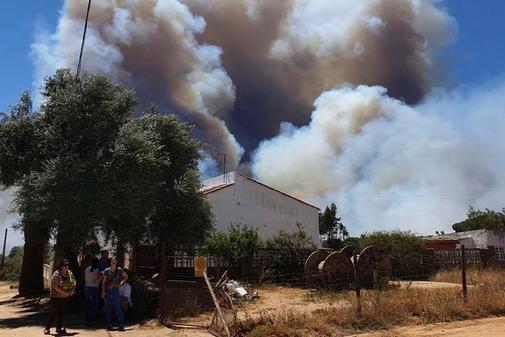 El incendio forestal originado en la tarde de ayer en la localidad...