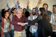 El candidato de Compromis a la alcaldía, Joan Ribó, baila con Mónica Oltra el pasado domingo.