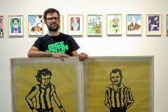 Lawerta con dos de sus obras de la exposición 'Amor por los colores'.